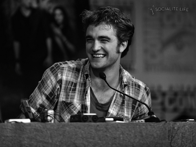 http://thinkingofrob.files.wordpress.com/2009/07/gallery_enlarged-new-moon-robert-pattinson-comiccon-pap-photos-07232009-011.jpg