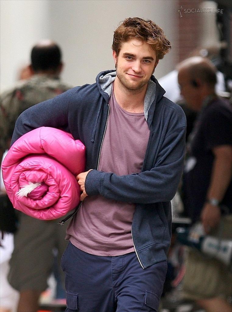 gallery_enlarged-robertpattinson-pink-sleeping-bag-07172009-02