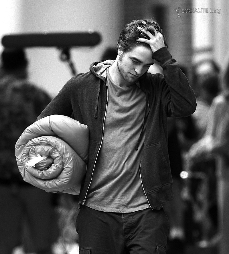 gallery_enlarged-robertpattinson-pink-sleeping-bag-07172009-20-1