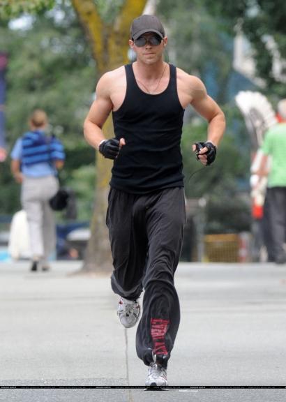kellan-lutz-jogging-04