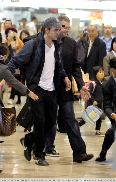 Actor Robert Pattinson arrives at Narita International Airport on November 1, 2009 in Narita, Chiba, Japan. Robert Pattinson Arrives In Japan
