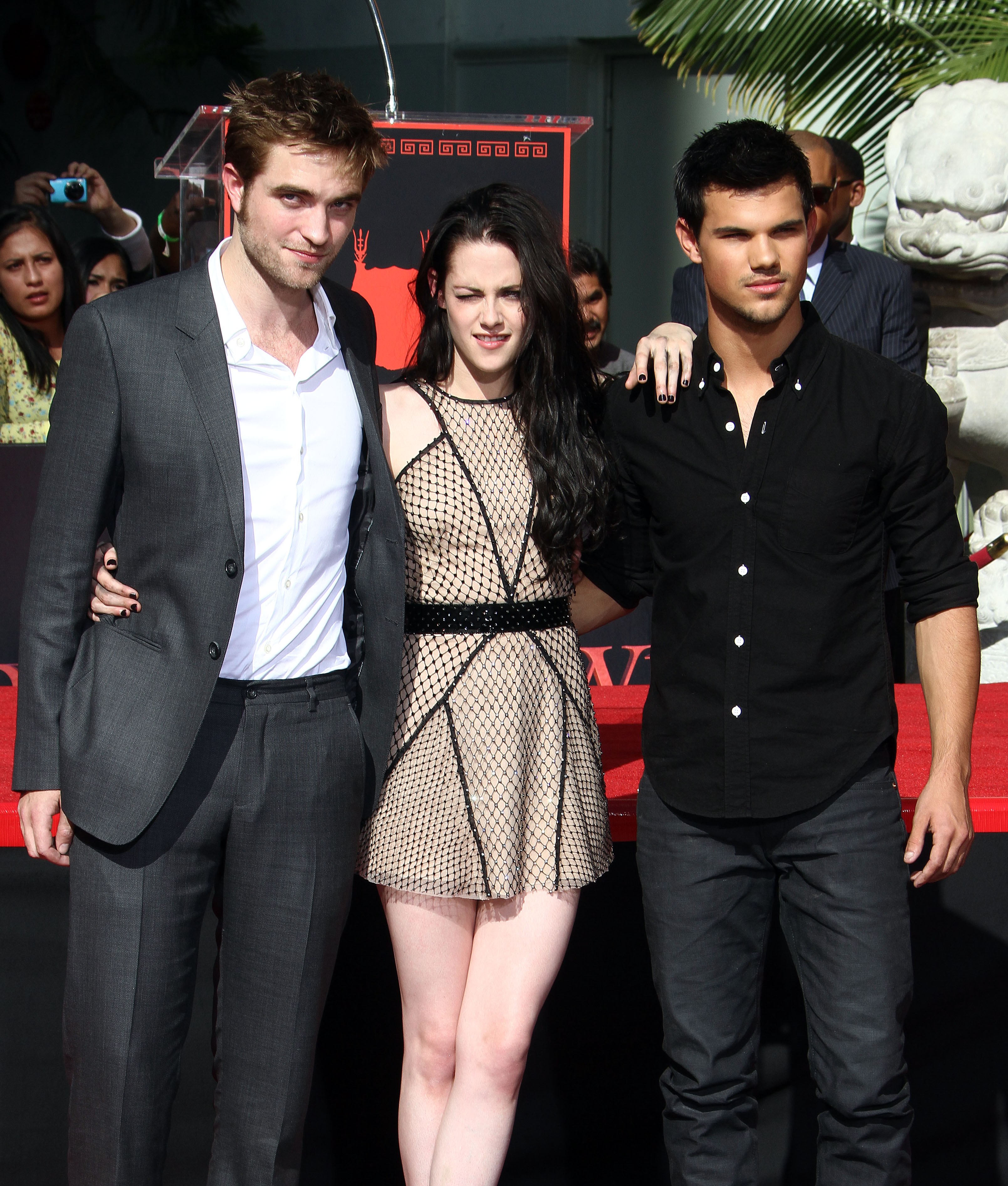 Kristen Stewart, Robert Pattinson And Taylor Lautner Hand ... Robert Pattinson Dating
