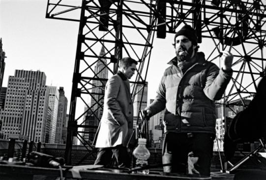 Robert-Pattinson-e-Romain-Gavras-durante-il-making-dello-spot-Dior-Homme_main_image_object