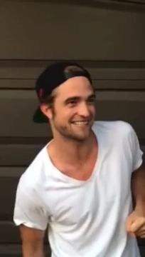 Rob_Pattinson_Takes_on_ALS_s_Ice_Bucket_Challenge.mp4_000008141