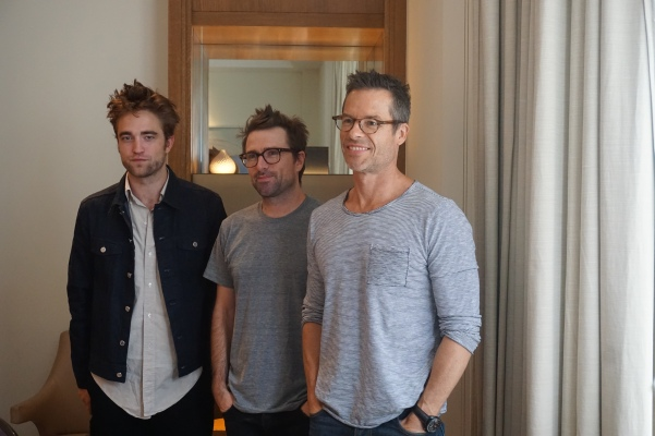 Robert-Pattinson-David-Michod-and-Guy-Pearce-at-The-Rover-interview (1)